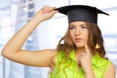 Étudiant dans le chapeau d'obtention du diplôme images libres de droits