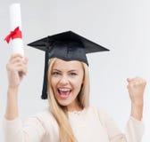 Étudiant dans le chapeau d'obtention du diplôme avec le certificat images stock