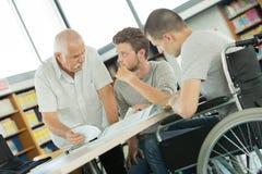 Étudiant dans le fauteuil roulant dans la classe photos libres de droits