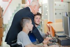 Étudiant dans le fauteuil roulant dans la classe image libre de droits