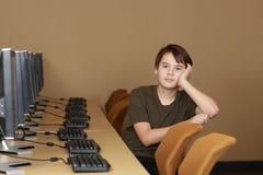 Étudiant dans le laboratoire d'ordinateur Images libres de droits