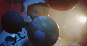 Étudiant dans le modèle de rotation de planète de costume d'espace banque de vidéos