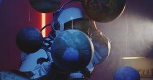 Étudiant dans le modèle de rotation de planète de costume d'espace clips vidéos
