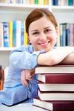 Étudiant dans une bibliothèque images libres de droits