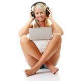 étudiant de écoute de musique d'ordinateur occasionnel à Photo libre de droits