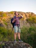 Étudiant de camping avec un téléphone sur un fond naturel Voyageur appelle un téléphone avec le concept de connexion mauvaise Cop image stock