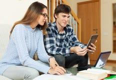 Étudiant de couples souriant et se préparant à la session Photos libres de droits