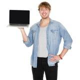 Étudiant de jeune homme montrant l'écran vide d'ordinateur portable Photos stock