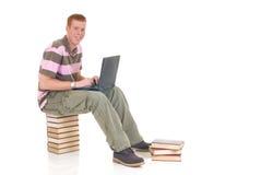 Étudiant de l'adolescence travaillant sur l'ordinateur portatif Photo libre de droits