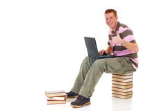 Étudiant de l'adolescence travaillant sur l'ordinateur portatif Image stock