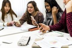 Étudiant de lycée à l'aide d'un smartphone dans une classe Image libre de droits