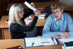 Étudiant deux dans la salle de classe photographie stock