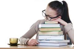 Étudiant dormant au-dessus des livres Images libres de droits