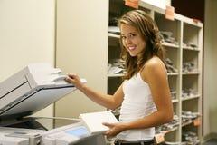 Étudiant effectuant des photocopies image stock