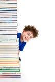 Étudiant et pile des livres image libre de droits