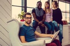 Étudiant ethnique multi à l'aide de l'ordinateur portable Photo stock