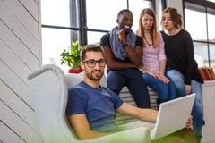 Étudiant ethnique multi à l'aide de l'ordinateur portable Image libre de droits
