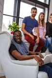 Étudiant ethnique multi à l'aide de l'ordinateur portable Photo libre de droits