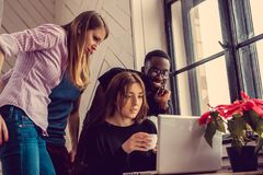 Étudiant ethnique multi à l'aide de l'ordinateur portable Photos libres de droits
