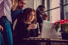 Étudiant ethnique multi à l'aide de l'ordinateur portable Photographie stock libre de droits