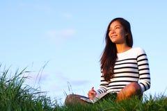 Étudiant féminin à l'extérieur Image stock