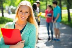 Étudiant féminin à l'extérieur Image libre de droits