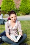 Étudiant féminin pensif affichant un livre Images libres de droits