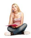 Étudiant féminin s'asseyant sur l'étage Photos stock