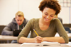 Étudiant féminin Studying At Desk de lycée dans la salle de classe Photographie stock libre de droits