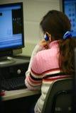 Étudiant féminin sur l'ordinateur Images libres de droits
