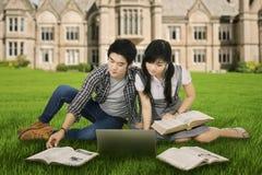 Étudiant focalisé étudiant dehors 1 Image stock