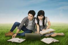 Étudiant focalisé étudiant dehors Photo stock