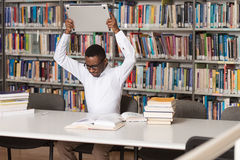 Étudiant frustrant Throwing His Laptop Image libre de droits