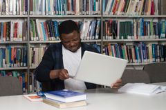 Étudiant frustrant Throwing His Laptop Photo libre de droits