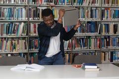 Étudiant frustrant Throwing His Laptop Images libres de droits