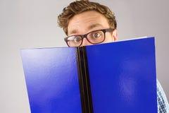 Étudiant Geeky lisant un livre Images stock