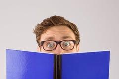 Étudiant Geeky lisant un livre Photo libre de droits