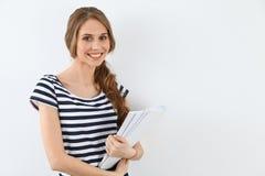 Étudiant Girl près du mur Photographie stock libre de droits