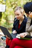 Étudiant Girls dans le campus universitaire Photos stock