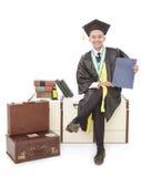 étudiant gradué bel reposant et tenant le certificat Image stock
