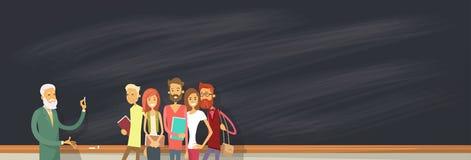 Étudiant Group Over Blackboard avec le professeur, conférencier d'université illustration stock