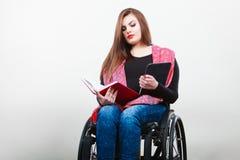 Étudiant handicapé avec l'ebook de comprimé Image libre de droits