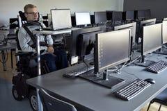 Étudiant handicapé dans la chambre de classe photographie stock