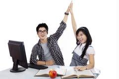 Étudiant heureux battant les mains Photo libre de droits