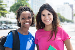 Étudiant heureux d'afro-américain et de Caucasien dans la ville Images libres de droits