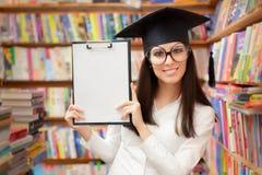 Étudiant heureux Holding Blank Clipboard d'école Photos libres de droits