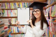Étudiant heureux Holding Blank Clipboard d'école Images libres de droits