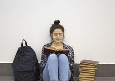 Étudiant heureux lisant un livre photographie stock libre de droits