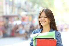 Étudiant heureux marchant sur la rue photo stock