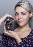 Étudiant Holding de film un appareil-photo de vintage Images libres de droits